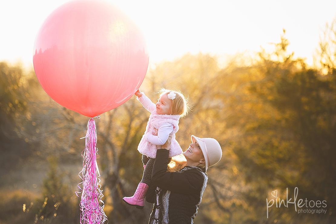 austin-first-birthday-giant-balloon-baby-girl-photographer
