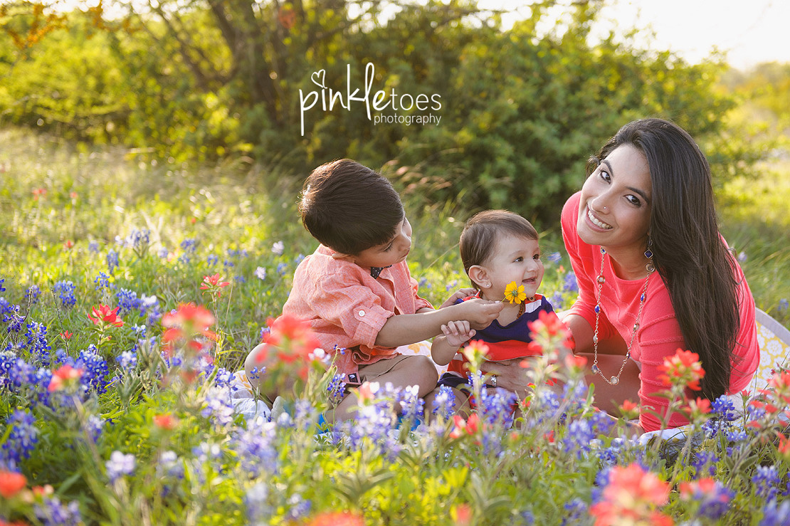 austin-texas-wildflowers-bluebonnets-family-kids-baby-photographer-02-BW