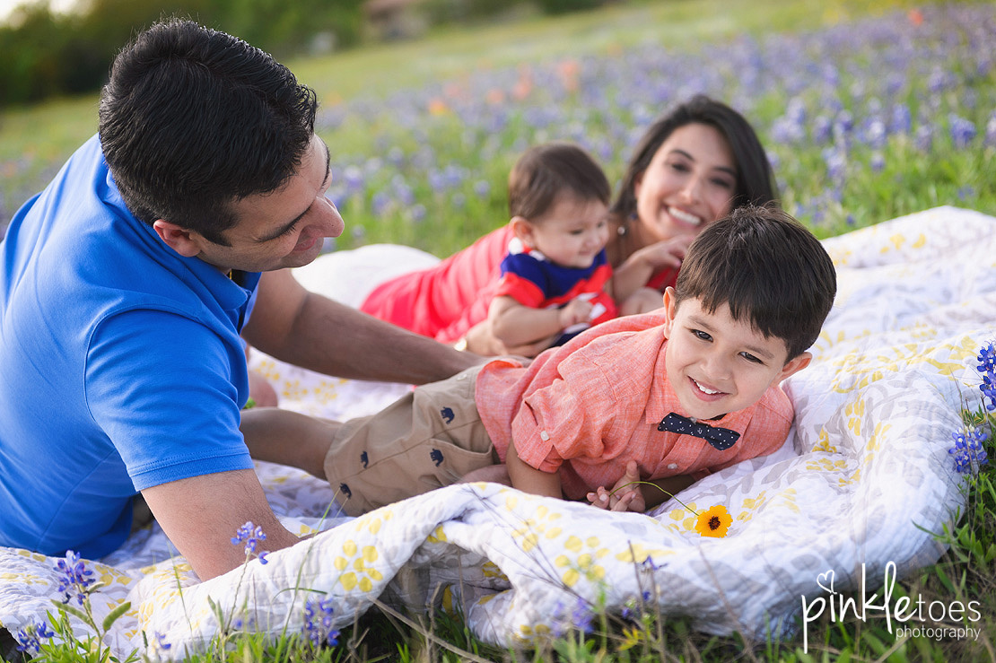 austin-texas-wildflowers-bluebonnets-family-kids-baby-photographer-05-BW