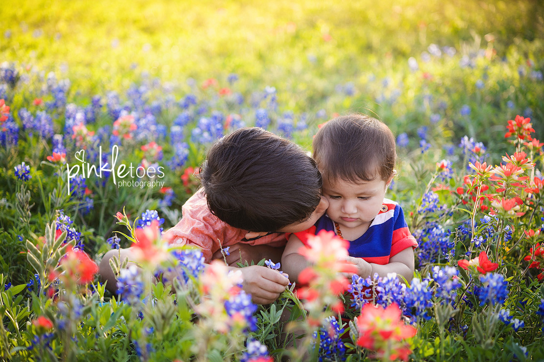 austin-texas-wildflowers-bluebonnets-family-kids-baby-photographer-09-BW